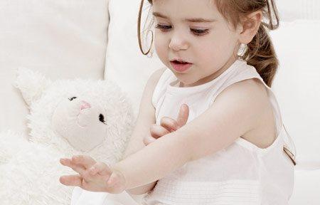 hình ảnh bé gái nhỏ đang sờ tay của em ấy