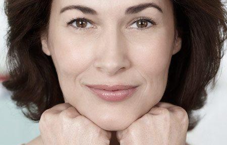 hình ảnh mặt và tay của người phụ nữ