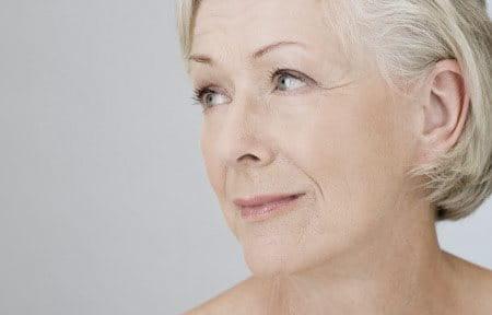 Hình ảnh gương mặt của người phụ nữ lớn tuổi