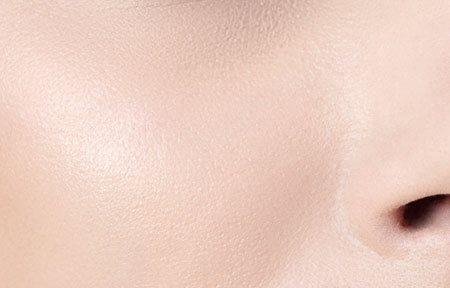 Gương mặt người phụ nữ với làn da thường