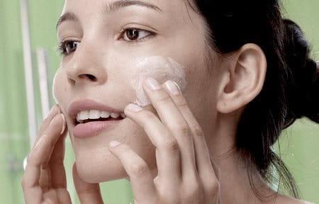 Người phụ nữ đang chăm sóc da mặt