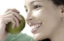 Người phụ nữ đang ăn táo
