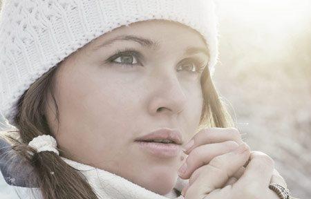 Người phụ nữ với đôi tay bị lạnh