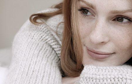 Hình ảnh người phụ nữ đang mặc áo len chui đầu