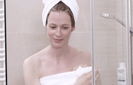 Hình ảnh người phụ nữ đang tắm vòi sen