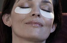 Hình ảnh người phụ nữ đang đắp mặt nạ