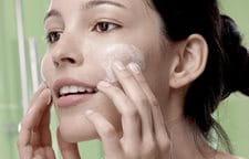 Hình ảnh một phụ nữ đang rửa mặt.
