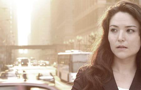 Người phụ nữ ở thành phố với rất nhiều xe cộ sau cô ấy