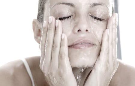 Hình ảnh người phụ nữ rửa mặt với nước