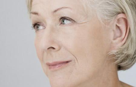 Hình ảnh gương mặt của phụ nữ lớn tuổi