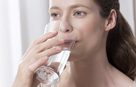 Hình ảnh cô gái đang uống ly nước