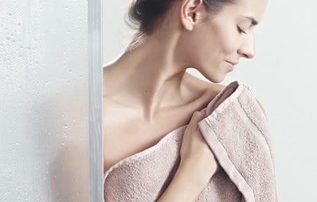 Hình ảnh cô gái đang quấn khăn tắm