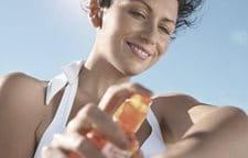 Sử dụng kem chống nắng phổ rộng có thể giúp ngăn ngừa cácđốm nâu.