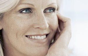 Hình ảnh người phụ nữ trung niên đang cười