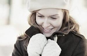 Người phụ nữ đang mặc quần áo mùa đông