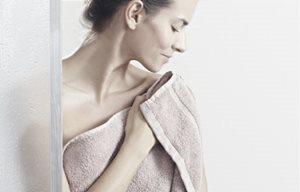 Người phụ nữ đang khoác áo choàng tắm
